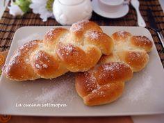 I maritozzi baresi sono delle grosse brioche a forma di treccia ricoperte di zucchero semolato.Ottime per la colazione, con pochi grassi e poco zucchero!