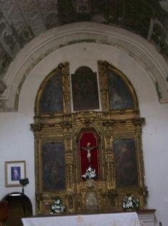 Retablo del templo de la misión San Pedro y San Pablo del Tubutama. El interior del templo es muy sencillo, resaltando el bello trabajo decorativo de las bóvedas, logrado a base de artísticos relieves. Cuenta con un retablo barroco del siglo XVIII.
