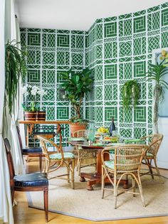 Tom Scheerer Transforms a Picturesque Flat on le Saint-Louis Into an Inviting Home Away From Home Tom Scheerer Transforms a Picturesque Flat on le Saint-Louis Into an Inviting Home Away From Home Meghan Kelly megekele Eat nbsp hellip pflanzen wohnung Paris Home, Ile Saint Louis, St Louis, Trellis Wallpaper, Pattern Wallpaper, Inviting Home, Paris Apartments, Outdoor Furniture Sets, Outdoor Decor