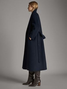 Discover the latest fashion trends in new women's shoes, clothes and accessories for Spring/Summer 2020 at Massimo Dutti: elegant sandals, skirts and jackets. Navy Wool Coat, Blue Trench Coat, Long Wool Coat, Blue Wool, Blazer Outfits For Women, Business Outfits Women, Winter Stil, Blue Coats, Spring Summer