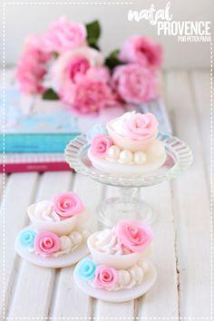 Linha Natal Provence por Peter Paiva Vanilla Perfume, Cupcake Soap, Soap Favors, Soap Packaging, Home Made Soap, Handmade Soaps, Wax Melts, Bar Soap, Soap Making
