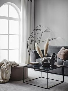 Grå soffa i sammet, rosa sittpuff i sammet. Jotex våren 2018. #livingroomsofaideas2018