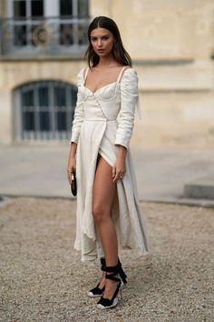 29c675b3b1 Emily Ratajkowski Style and Outfits - Emily Ratajkowski Sexiest Looks   2018fashiontrends Fashion Week 2018