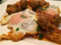 Shakshouka met lam - Een topper uit de Arabische keuken. Shakshouka is zeer populair in Tunesië, Egypte maar ook in Israël. Omdat het gerecht voor een groot deel bestaat uit ei, is het ook zeer geschikt als stevig ontbijt.