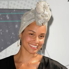 Alicia Keys went to the MTV VMA's without makeup and the Internet is completely losing it.