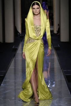 Once again another Paris Haute Couture fashion week kicked off tonight with the Atelier Versace fashion show for their new spring/summer couture 2014 collection Style Haute Couture, Spring Couture, Couture Fashion, Runway Fashion, High Fashion, Fashion Show, Fashion Design, Couture Week, Paris Fashion