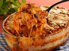Receita de Lasanha de Arroz - 4 xícaras de arroz pronto, 1 lata de seleta de legumes, 300 gramas de carne moída, 1 lata de molho de tomate pronto, presunto e mussarela a gosto, queijo parmesão ralado para salpicar
