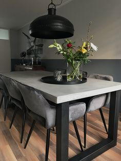 Stoere betonstuc tafel in 2019 Dinning Tables And Chairs, Concrete Dining Table, Dinning Set, Dining Room Table, Office Space Decor, Office Table Design, Office Furniture Design, Home Decor Furniture, Home Decor Kitchen