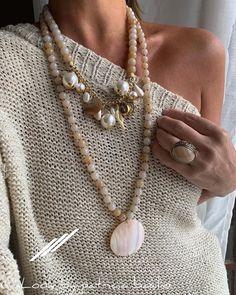 Elegância ativada 😍😍😍😍 Pagamento por depósito bancário ou cartão de crédito via pagseguro em até 6xsem juros 🌷 Vendas pelo site ou Whats 11… Handmade Bracelets, Earrings Handmade, Kurti Neck Designs, Ankle Chain, Beaded Anklets, Handmade Jewelry Designs, Bohemian Necklace, Jewelry Crafts, What To Wear
