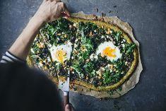 Lemon Kale Pizza by Green Kitchen Stories Kale Pizza, Egg Pizza, Pizza Dough, Empanadas, Creamy Spinach Soup, Beet Burger, Pizza Chef, Snack Platter, Pizza