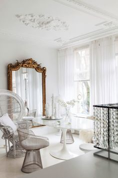Parisian Chic Decor Ideas For Your Apartment - The Mood Palette - Parisian Decor is the epitome of elegant interior design. It's simple yet chic. It adds personali - Decoration Chic, Decoration Design, Home Living, Living Room Decor, Parisian Chic Decor, Deco Studio, White Apartment, Apartment Chic, Appartement Design