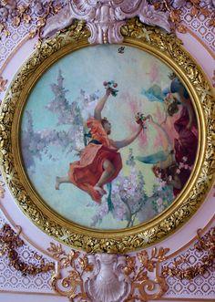 Les fresques « L'allégorie des périodes du temps » sont de Gabriel Ferrier (1900)
