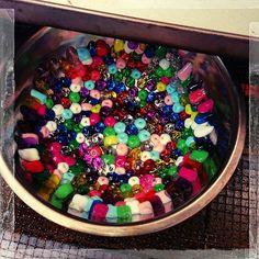 ステンドグラスのような美しい小物がビーズを使って簡単に作れちゃうんです。透明感のあるステンドグラスのような美しいデザインやカラフルで可愛いおもちゃのような小物までアイデア次第で出来る無限大の小物たち。思わずハマったとの声がいっぱいDIY、メルトビーズの紹介です♪ Acai Bowl, Beads, Accessories, Food, Acai Berry Bowl, Beading, Essen, Bead, Meals