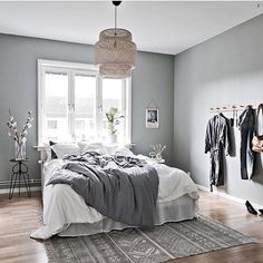Cool grey Kikker på soveroms inspo og denne stylingen gjort av @introinred , er så flott The perfect gray to white , black and wooden details - - - #bedroomdecor #bedroominspo #inspirations #inspirasjon #nordicinspiration #nordicstyle #scandinavianinterior #inspohome