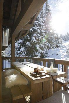 Chalet Höhe Courchevel Holzhaus in Savoie Chalet Design, Chalet Style, Design Design, Winter Balcony, Winter Porch, Winter Cabin, Winter Snow, Cabins In The Woods, Cabana