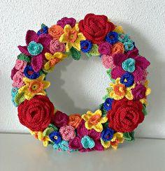 Tadaah! Blij! Mijn bloemenkrans is af. Mijn doel was om een krans te haken die heel fleurig en kleurig is en dat is volgens mij ge...