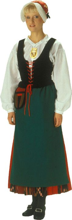 Tällainen löytyy omastakin kaapista, nimenomaan tarkistamattomana sillä puku oli äidin aloittama ennen kuin tarkistus 90-luvulla tehtiin. Myssypitsi vielä puuttuu.  Härmän-Isonkyrön naisen kansallispuku. Kuva © Helmi Vuorelma Oy