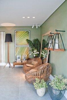 Um jeito de integrar a varanda ao exterior da casa é adicionar diferentes espécies tropicais como fez a arquiteta Olga Portela nesse projeto para a Casa Cor Rio Grande do Norte. O ambiente de lazer traz também objetos em madeira e paredes na cor verde.