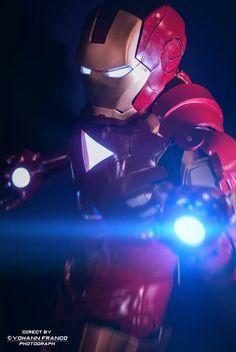 Le cosplayeur Rihyas en Tony Stark , Armure MARK VI de Iron Man   Découvrez son Deviant Art : http://cpt-r-fisher.deviantart.com/  Photo by https://www.facebook.com/yohannfrancophotograph?fref=ts