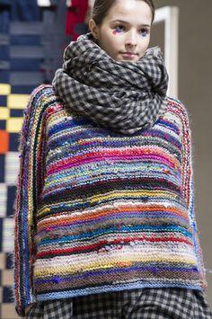 Daniela Gregis at Milan Fashion Week Fall 2017 Daniela Gregis at Milan Fashion Week Fall 2017 - Details Runway Photos Knitting Designs, Knitting Patterns, Knitting Projects, Crochet Patterns, Elie Saab Couture, Knit Fashion, Fall Fashion, Trendy Fashion, Fashion Outfits