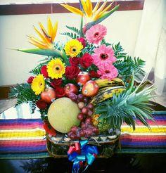 Arreglo floral con frutas de temporada... ;) Fruit Arrangements, Table Decorations, Creative, Home Decor, Floral Arrangements, Seasons, Flowers, Decoration Home, Room Decor