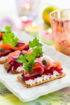 Smoked salmon with beetroot and mascarpone whipped cream French Appetizers, Potato Appetizers, Elegant Appetizers, Holiday Appetizers, Appetizer Recipes, Holiday Recipes, Wedding Appetizers, Hors D'oeuvres, Catering Food Displays