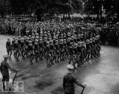 Women in World War II (18) Voluntárias em Serviços Femininos Rurais que substituíram trabalhadores rurais do sexo masculino enviados para batalha. Estas são algumas das 20.000 voluntárias que marcharam diante do rei George VI em 1939, no desfilhe em Hyde Park, Londres