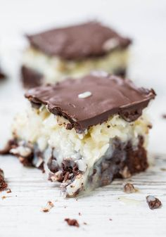 Chocolate Coconut Mounds Bar Brownies - Like eating a Mounds candy bar that's on top of rich, fudgy brownies! Easy and oh so good! Köstliche Desserts, Delicious Desserts, Dessert Recipes, Yummy Food, Delicious Chocolate, Beste Brownies, Fudge Brownies, Coconut Brownies, Chocolate Brownies