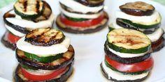 Tilbehør med aubergine, squash, tomat og mozzarella