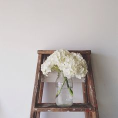 white flowers on the footstool White Flowers, Beautiful Flowers, White Hydrangeas, Decoration, Just In Case, Planting Flowers, Floral Arrangements, Wedding Flowers, Vintage Ladder