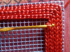 No te pierdas este original tutorial hecho a partir de malla e hilo de cola de ratón.                             MATERIALES: - Malla o rejilla con agujeros de 5 mm. - Aguja de ganchillo del nº 3.5 cm. - Cola de ratón - Aguja lanera - Fettucci ...