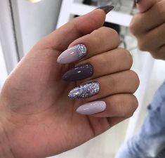 Adding some glitter nail art designs to your repertoire can glam up your style within a few hours. Check our fav Glitter Nail Art Designs and get inspired! Classy Nails, Stylish Nails, Cute Nails, Pretty Nails, My Nails, Fake Gel Nails, Shiny Nails, Simple Nails, Long Nails