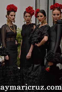 Flamencas de negro con flor roja y complementos dorados