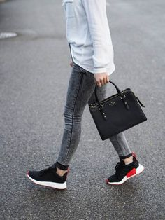 White shirt with skinny jeans and the new Adidas NMD - Nail Polish Ideas Adidas Nmd R1, Adidas Sneaker Nmd, Nmd Adidas Women Outfit, Adidas Outfit, Jeans Und Sneakers, Nmd Sneakers, Adidas Sneakers, Sneakers Women, Black Sneakers