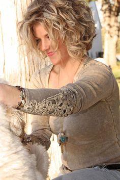"""Nimm einen Spiegel und beginne jetzt: Einfache Frisuren für kurzes Haar Curly_Layers_3"""" width = """" 564 """"height ="""" 845"""