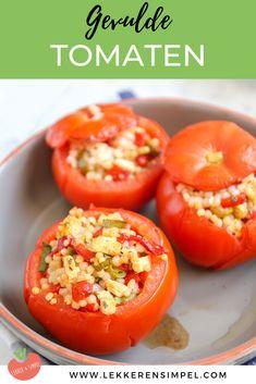 Gevulde tomaten met parelcouscous. Een lekker recept dat heel erg makkelijk is om te maken. Serveer er eventueel een stukje vlees bij. Klik op de foto voor het recept. #vega #recept Nom Nom, Vegetarian Recipes, Bbq, Good Food, Pasta, Lunch, Stuffed Peppers, Vegan, Dining