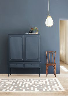 Jotuns kulör LADY 4477 Deco Blue tolkad av Plaza Interiör.  Styling: Elin Hermansson  Foto: Helén Pe Murs Foncés, Dark Walls, Blue Walls, Blue Rooms, House Colors, Wall Colors, Lady Colour, Jotun Paint, Jotun Lady