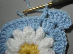 かぎ針編みのデイジーのグラニースクエアの作り方を写真付きで解説しているページです。編み図もあります。