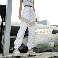 Grab this stylish yet cool streetwear baggy Harem pants. Featuring a high waist with a relaxed fit,zip front closure and front mesh style for added styles. The epitome of high-street fashion. Fashion Pants, Look Fashion, Fashion Outfits, Mode Streetwear, Streetwear Fashion, Diy Pantalon, Trendy Outfits, Cool Outfits, High Street Fashion