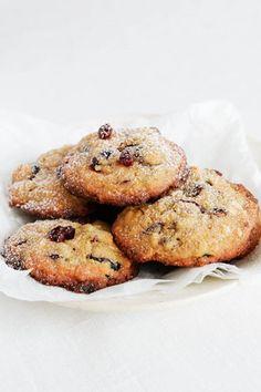 Suklaiset karpalocookiet ovat rapea herkku, ja maistuvat jokaiselle. Nappaa mutkaton resepti talteen alta! Baked Potato, French Toast, Muffin, Potatoes, Cookies, Baking, Breakfast, Ethnic Recipes, Food