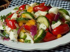 Rajčata rozkrojíme na půl, papriky na kousky, cibuli na měsíčky a okurku na půlkolečka. Sýry nakrájíme na menší kousky, petrželku... Caprese Salad, Salads, Healthy Recipes, Healthy Food, Low Carb, Fitness, Diet, Healthy Foods, Healthy Eating Recipes