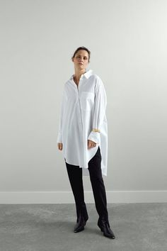 Oversized collared shirt with long sleeves. Featuring a chest patch pocket, side vents at the hem and a button-up front. HEIGHT OF MODEL: 177 cm. White Kimono, Fall Lookbook, Oversized Shirt, Poplin, White Man, Collars, Button Up, Zara, Normcore