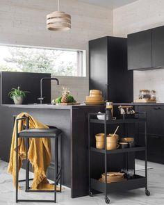 Lattian vaalea marmoripinta antaa näyttävän kontrastin mustille keittiökalusteille. Väriä ja energiaa tilaan tuovat kaunis puinen valaisin sekä keltaista hehkuvat astiat ja viltti. Kitchen Dining, Room Design, Decor, Furniture, Kitchen, Home, Dining, Home Decor, Living Room Designs