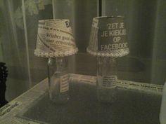 Lampekapjes beplakken met kranten, op een glazen flesje zetten, deze evt oppimpen.