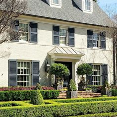 Dallas house Photo by Christina Dandar of The Potted Boxwood 14 Exterior Colonial, Colonial House Exteriors, Modern Farmhouse Exterior, Exterior Design, Modern Colonial, Boxwood Landscaping, Landscaping Ideas, Interior House Colors, Exterior Makeover