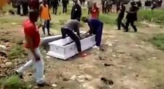 Video nhân viên tang lễ lôi xác chết ra khỏi quan tài vì gia đình chưa trả đủ tiền Đoạn video trên cho thấy các nhân viên nhà tang lễ lao vào một đám tang và lôi xác người chết ra khỏi quan tài và đem đi. Gia đình người chết đã rất kinh hoàng khi sự việc xảy ra hôm thứ 7 tuần trước. Nhân viên...  http://cogiao.us/2017/02/18/chet-roi-van-bi-loi-xac-khoi-quan-tai-doi-tien-tang-le/