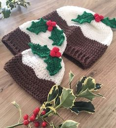 Free crochet pattern: Christmas Pudding Hat with Holly Berries by Dora Does