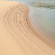 물이 모래 위에 새겨놓은 조각