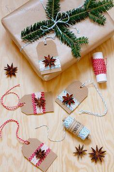 Geschenke verpacken mit selbstgemachten Geschenkanhänger aus Wellpappe und Anissternen.