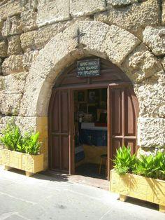 Pieni kirkko kujalta vanhassa kaupungissa